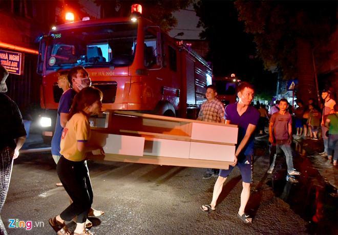 Cháy lớn trên đường Đê La Thành: Người dân hộc tốc di tản tài sản-1