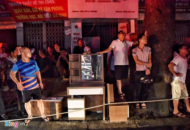 Cháy lớn trên đường Đê La Thành: Người dân hộc tốc di tản tài sản-3