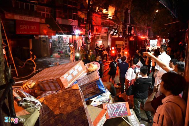 Cháy lớn trên đường Đê La Thành: Người dân hộc tốc di tản tài sản-5