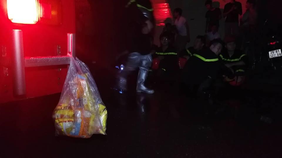 Cháy nhà ở Đê La Thành: Hình ảnh lính cứu hỏa lay động triệu con tim-2
