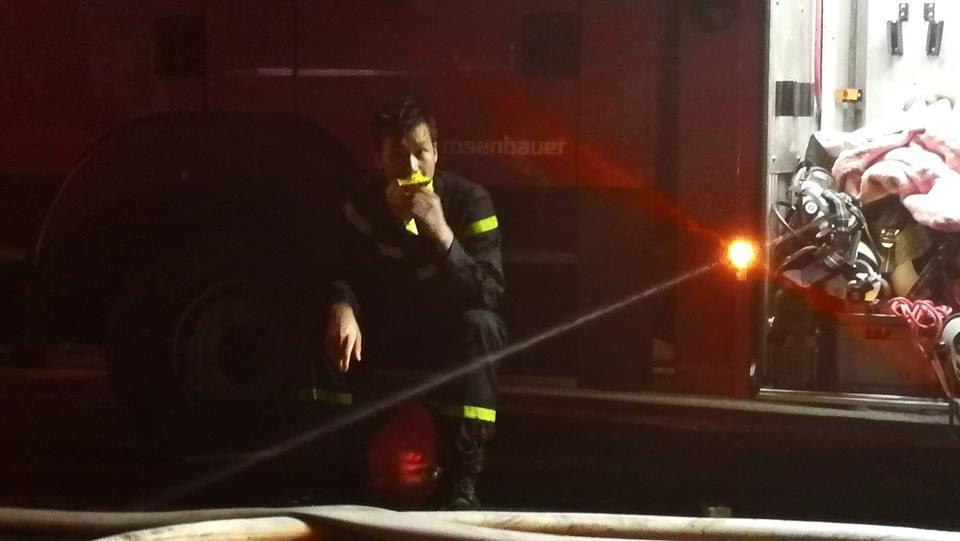 Cháy nhà ở Đê La Thành: Hình ảnh lính cứu hỏa lay động triệu con tim-3