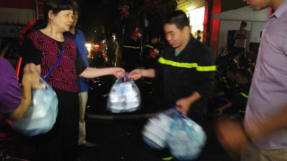 Cháy nhà ở Đê La Thành: Hình ảnh lính cứu hỏa lay động triệu con tim-4