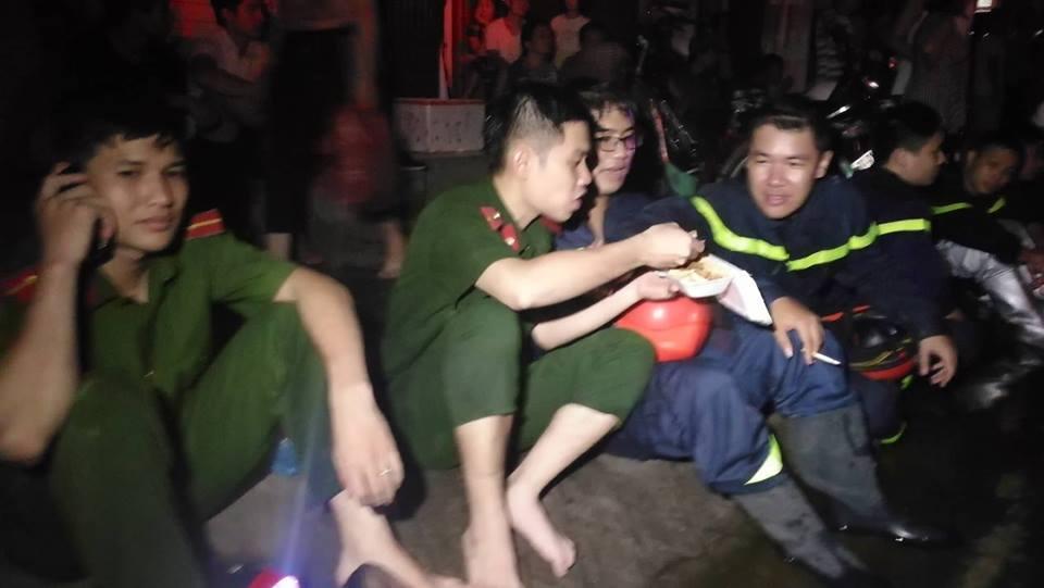 Cháy nhà ở Đê La Thành: Hình ảnh lính cứu hỏa lay động triệu con tim-5