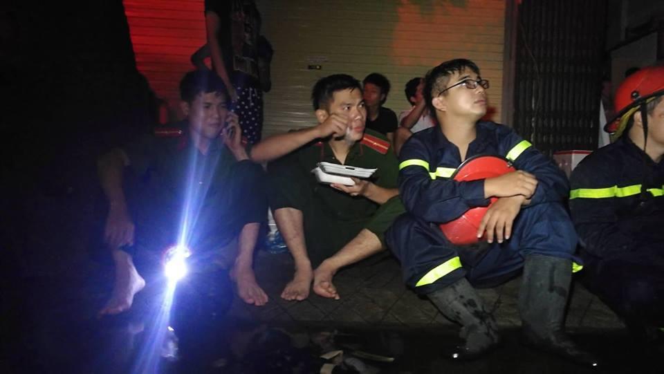 Cháy nhà ở Đê La Thành: Hình ảnh lính cứu hỏa lay động triệu con tim-6