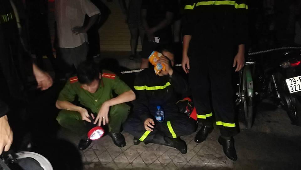 Cháy nhà ở Đê La Thành: Hình ảnh lính cứu hỏa lay động triệu con tim-7