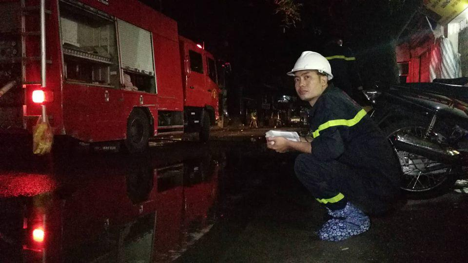 Cháy nhà ở Đê La Thành: Hình ảnh lính cứu hỏa lay động triệu con tim-8
