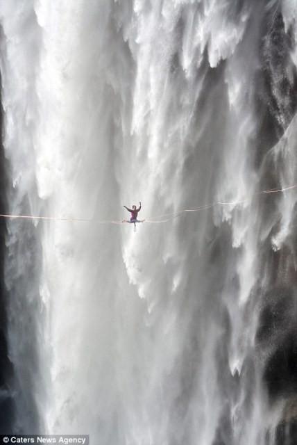 Hết hồn nhìn nghệ sĩ yoga biểu diễn trên dây vắt ngang thác nước-4