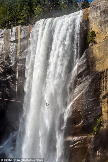 Hết hồn nhìn nghệ sĩ yoga biểu diễn trên dây vắt ngang thác nước-3