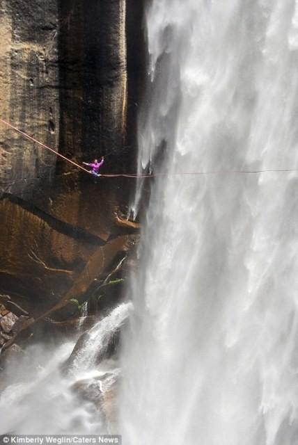 Hết hồn nhìn nghệ sĩ yoga biểu diễn trên dây vắt ngang thác nước-6