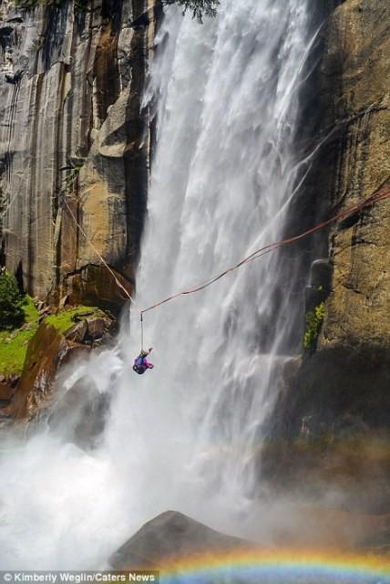 Hết hồn nhìn nghệ sĩ yoga biểu diễn trên dây vắt ngang thác nước-7