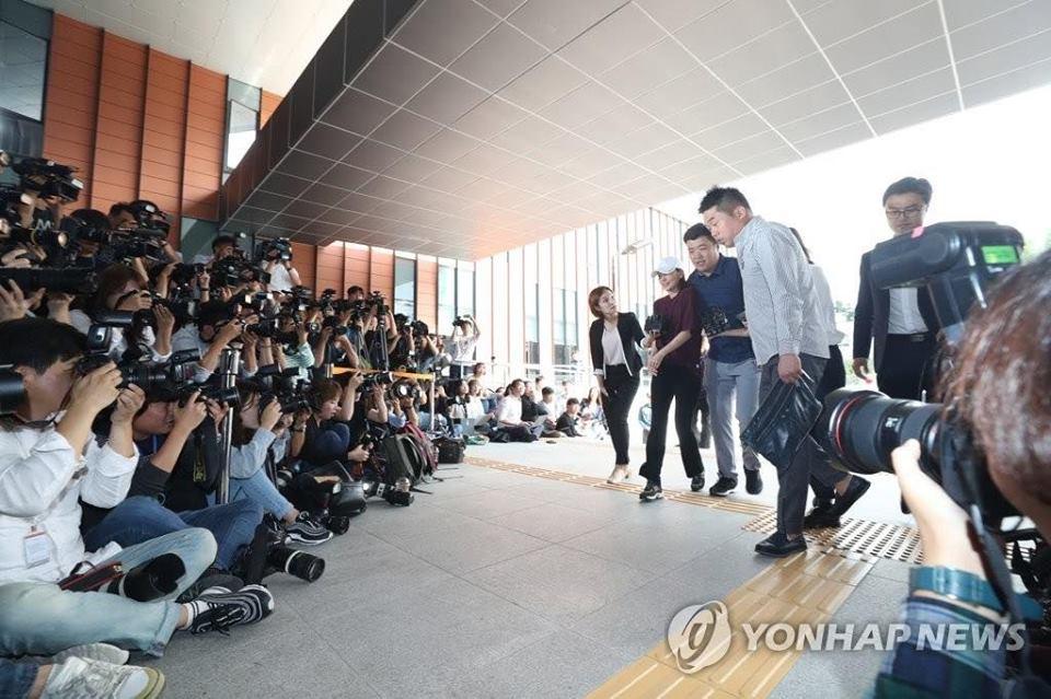 Búp bê xứ Hàn Goo Hara xuất hiện với khuôn mặt đầy thương tích, tay tím bầm vì bị bạn trai bạo hành-2