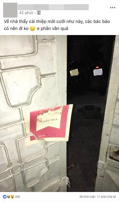 Nhận thiệp mời cưới cài vắt vẻo qua khe cửa, bạn sẽ làm gì, đây là cách xử lý của cộng đồng mạng-1