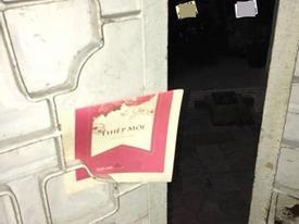 Nhận thiệp mời cưới cài vắt vẻo qua khe cửa, bạn sẽ làm gì, đây là cách xử lý của cộng đồng mạng