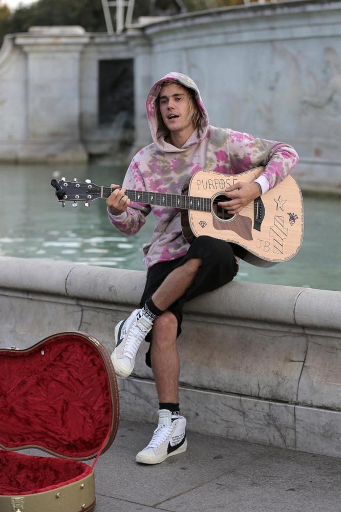 Không nhìn lầm đâu: Justin Bieber xách đàn đi… hát rong, kiếm bạc lẻ từ người qua đường-2