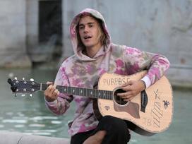 Không nhìn lầm đâu: Justin Bieber xách đàn đi… hát rong, kiếm bạc lẻ từ người qua đường