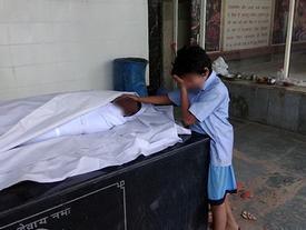 Khoảnh khắc cậu bé khóc nức nở bên thi hài cha lay động dân mạng, chỉ 1 ngày đã quyên góp được 10 tỷ đồng