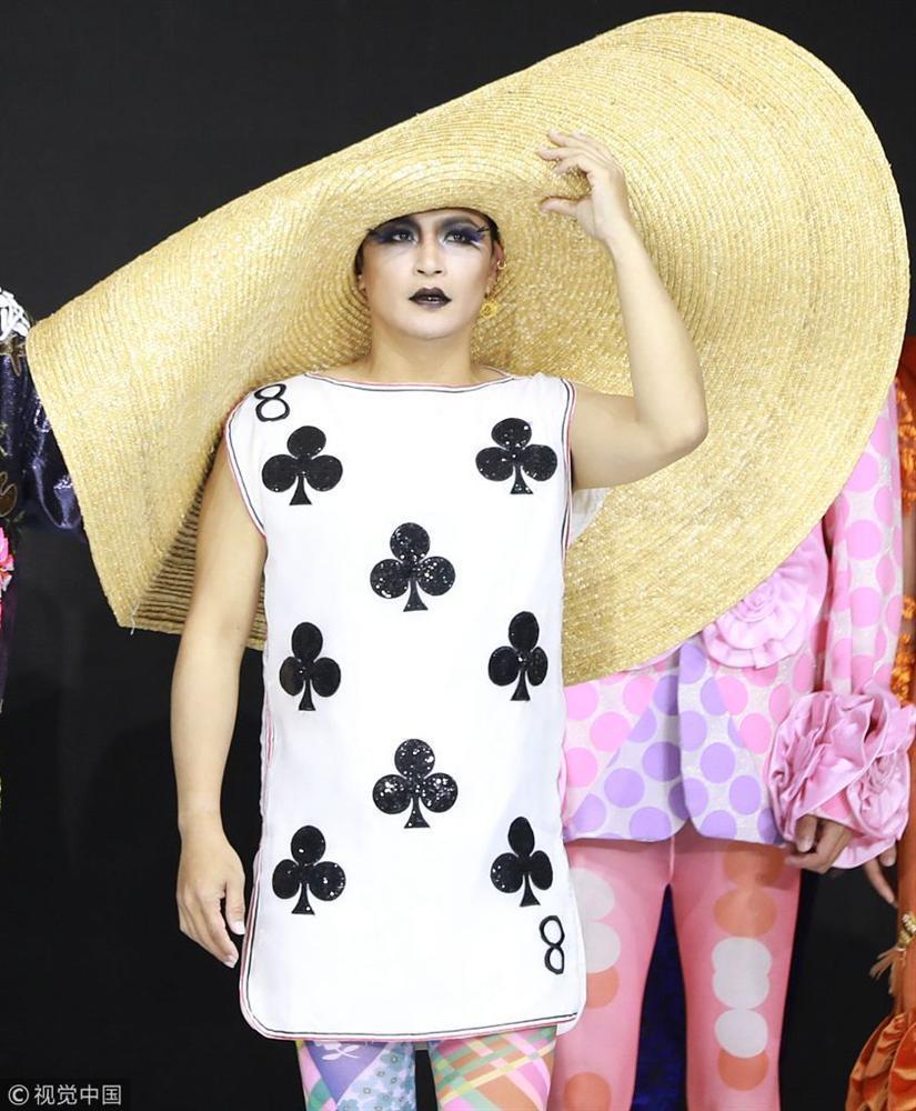 Nhĩ Thái Trần Chí Bằng gây sốc nhiệt với màn bung lụa trên sàn catwalk chẳng khác nào cô Đẩu-5