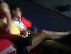 Hai cô gái chửi bới khi bị nhắc chiếm chỗ, gác chân lên ghế ở rạp phim