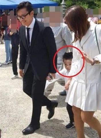 Hình ảnh duy nhất lộ mặt con trai của tài tử Iris Lee Byung Hun và vợ Lee Min Jung-1