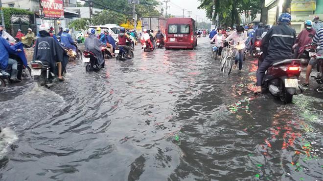 Nhiều tuyến Sài Gòn ngập sâu sau mưa lớn-2