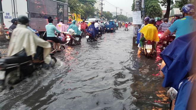 Nhiều tuyến Sài Gòn ngập sâu sau mưa lớn-4