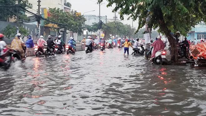 Nhiều tuyến Sài Gòn ngập sâu sau mưa lớn-6