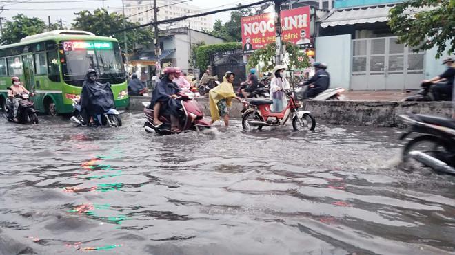 Nhiều tuyến Sài Gòn ngập sâu sau mưa lớn-7