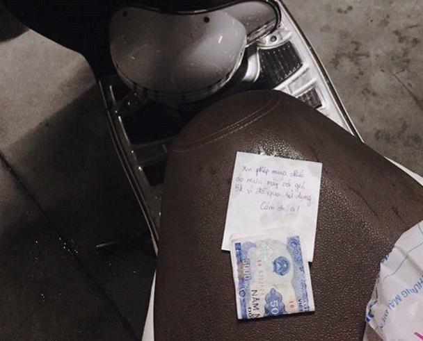 Lấy áo mưa của người lạ và để lại 5.000 đồng: Làm thế đúng hay sai?-1