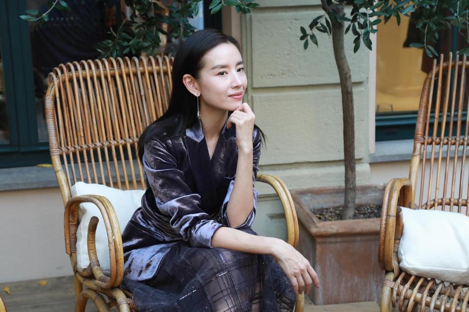 Hai Phú Sát hoàng hậu Tần Lam và Đổng Khiết đọ sắc trong cùng khung hình-6