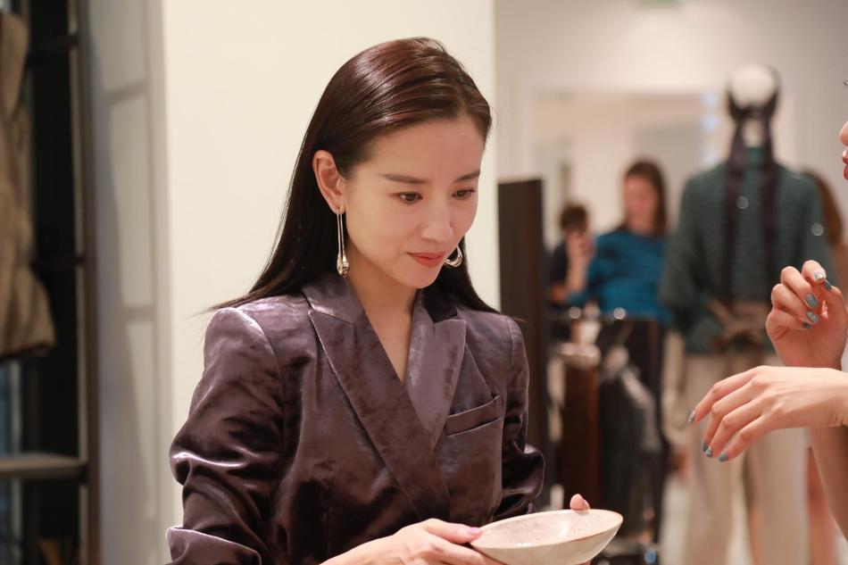 Hai Phú Sát hoàng hậu Tần Lam và Đổng Khiết đọ sắc trong cùng khung hình-7