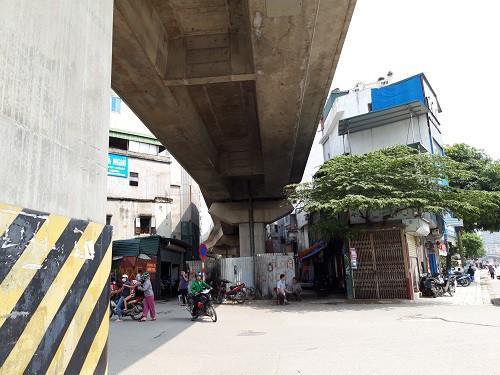Hà Nội chạy thử tàu trên cao: Các hộ dân sống sát sạt đường tàu nói gì?-1