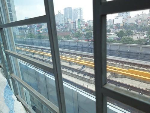 Hà Nội chạy thử tàu trên cao: Các hộ dân sống sát sạt đường tàu nói gì?-4