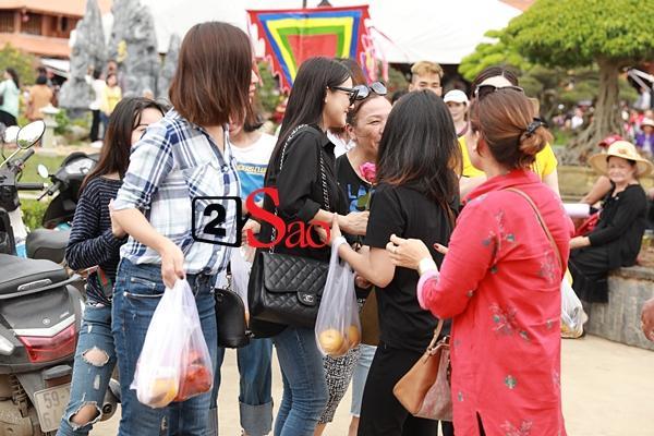 Nhã Phương mặc áo đen che dáng khi đến dâng hương đền thờ Tổ của Hoài Linh-4