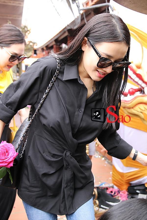 Nhã Phương mặc áo đen che dáng khi đến dâng hương đền thờ Tổ của Hoài Linh-3