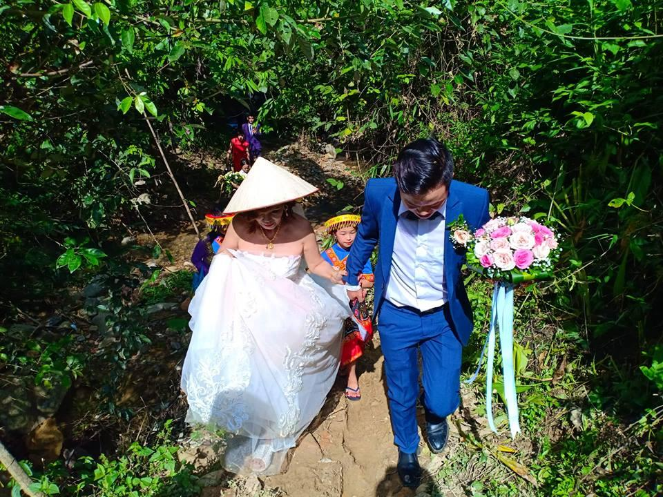 Cô dâu 61 tuổi lội suối, băng rừng về nhà chồng-4