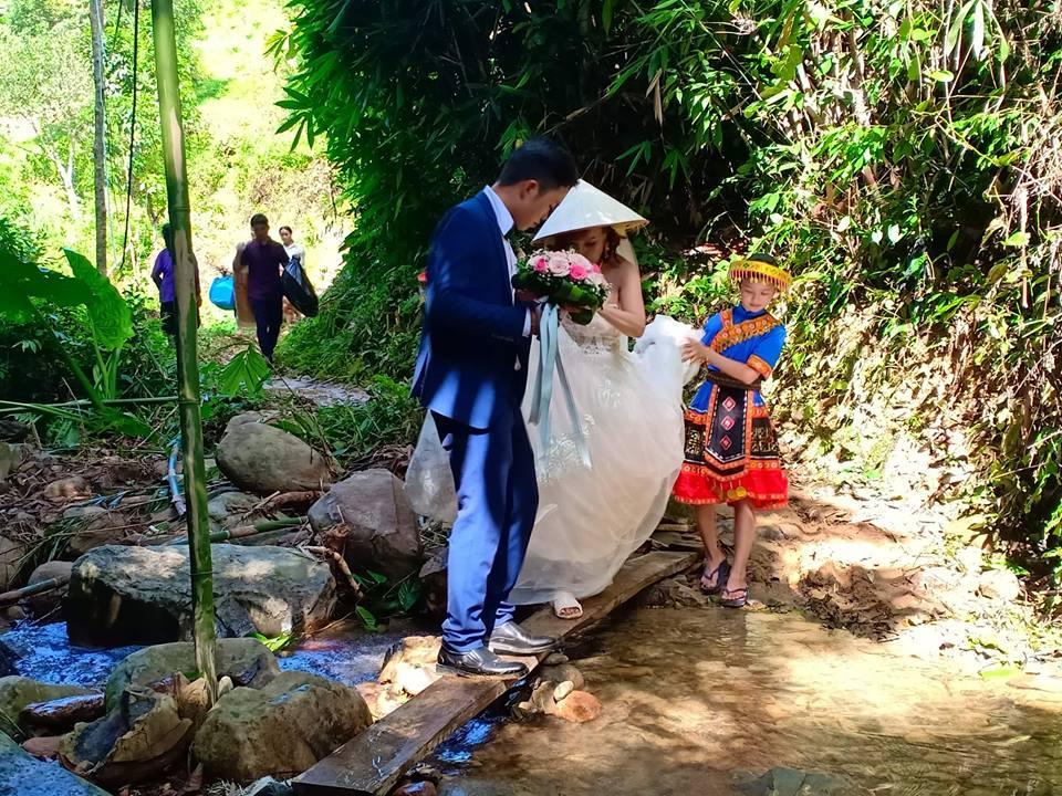 Cô dâu 61 tuổi lội suối, băng rừng về nhà chồng-3