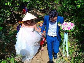 Cô dâu 61 tuổi lội suối, băng rừng về nhà chồng