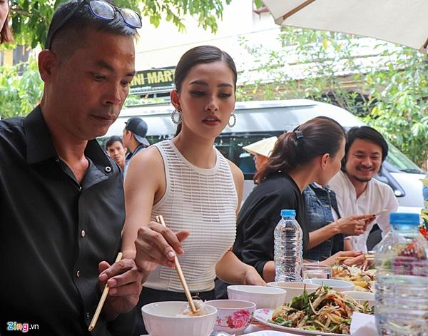 Gia đình đãi tiệc mừng đón Hoa hậu Trần Tiểu Vy ở phố cổ Hội An-3