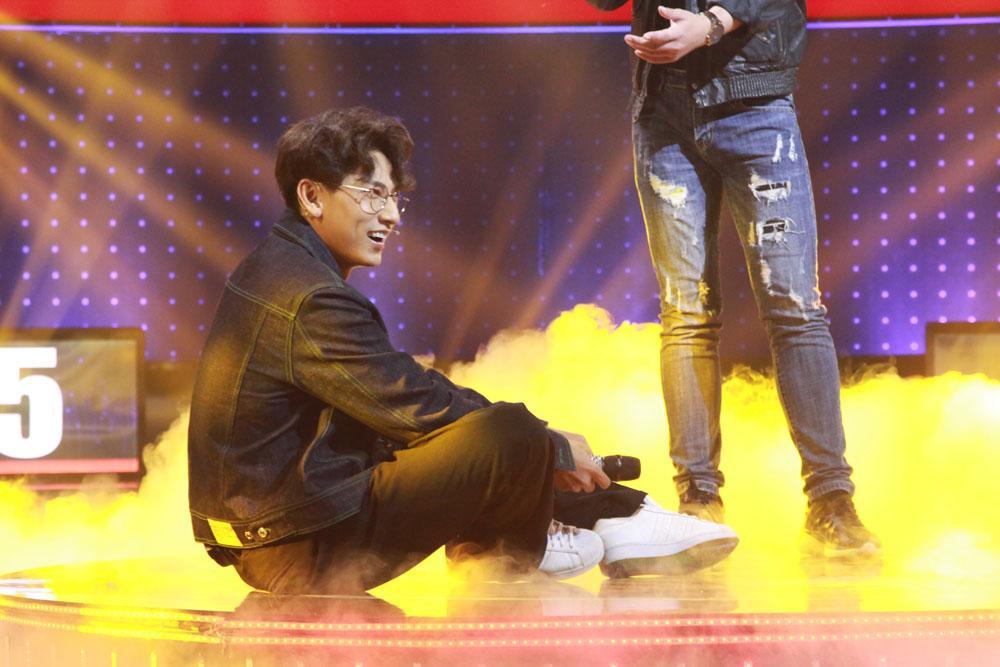 Choáng váng trước cảnh Isaac khóa môi nam thí sinh ngay trên sân khấu-4