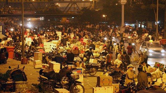 Tố cáo bị bảo kê, tiểu thương chợ Long Biên bị khủng bố-1
