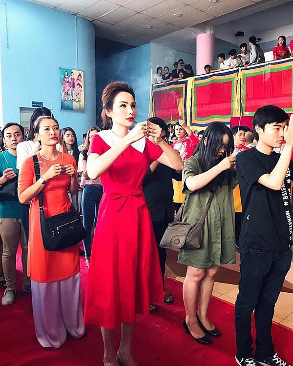 Hoa hậu Diễm Hương gây chú ý vì gương mặt khác lạ so với khi mới đăng quang-1