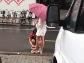 Cô gái bắt mẹ cúi xuống lau giày giữa trời mưa bị dân mạng 'ném đá' dữ dội