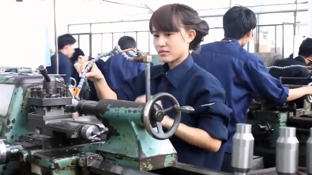 Thật bất ngờ trước danh tính nữ sinh cực HOT trong clip Con gái kỹ thuật không hề khô khan-1