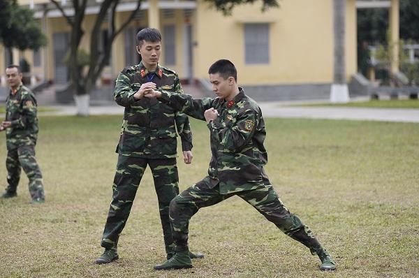 Cười lộn ruột xem Dũng Bino và Ưng Đại Vệ huấn luyện võ thuật trong quân ngũ-6