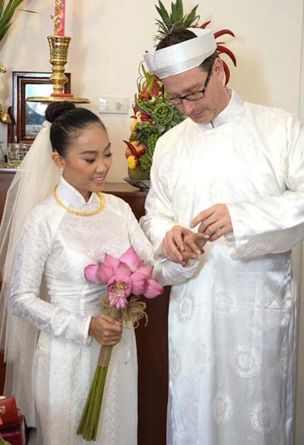 Đâu chỉ có Lan Khuê, rất nhiều mỹ nhân Việt đẹp thuần khiết khi mặc áo dài trắng trong ngày làm cô dâu-7