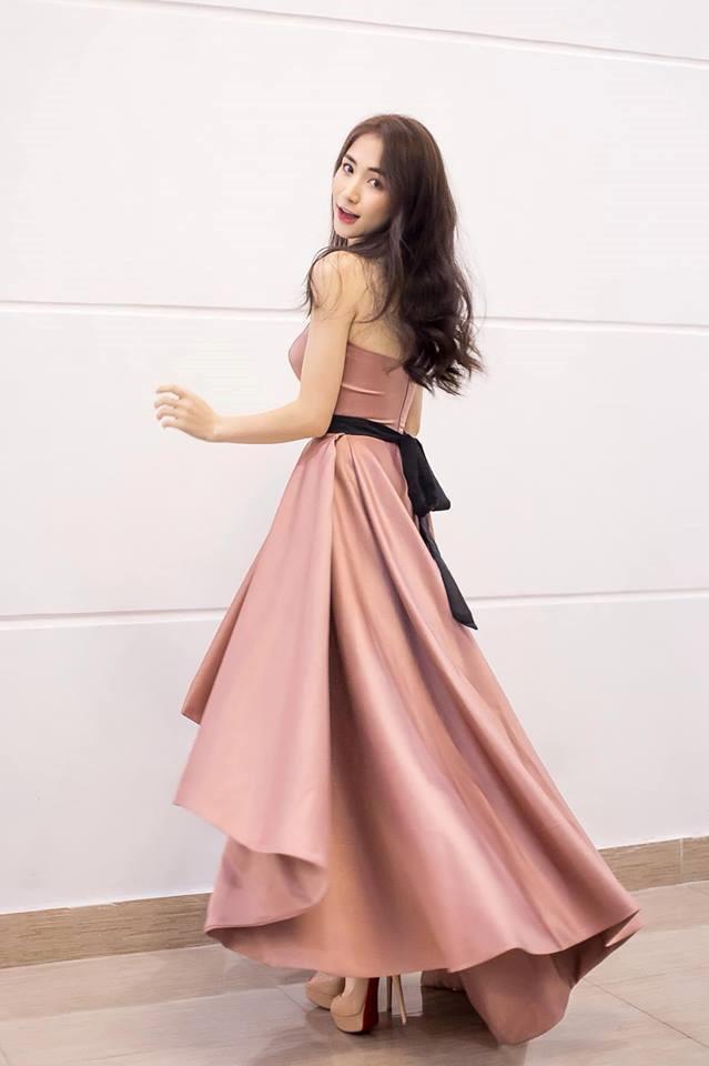 Hòa Minzy ăn gian chiều cao với giày cao 20 cm-2