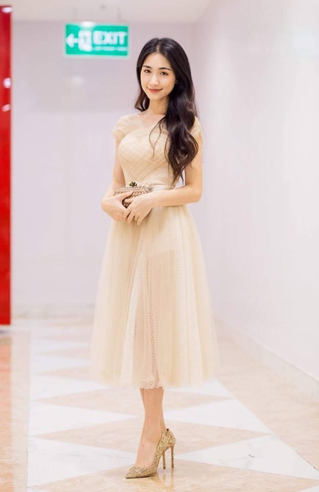 Hòa Minzy ăn gian chiều cao với giày cao 20 cm-3