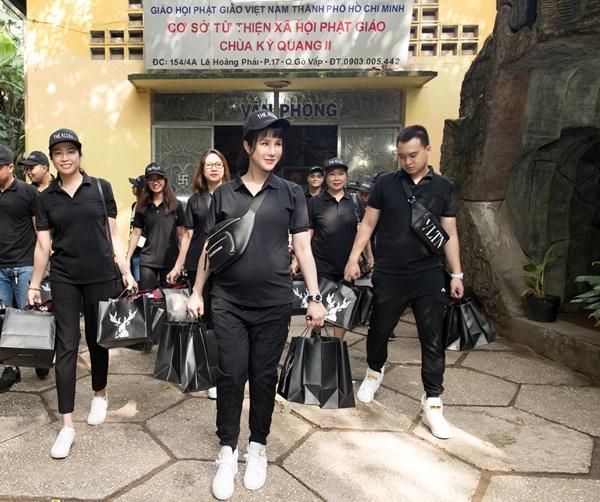 SAO LÀM TỪ THIỆN: Diệp Lâm Anh bầu 8 tháng vẫn tay xách nách mang, trong khi Chi Pu hát nhảy nhiệt tình hết nấc-1