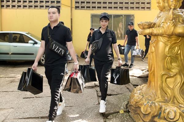 SAO LÀM TỪ THIỆN: Diệp Lâm Anh bầu 8 tháng vẫn tay xách nách mang, trong khi Chi Pu hát nhảy nhiệt tình hết nấc-2