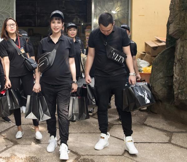 SAO LÀM TỪ THIỆN: Diệp Lâm Anh bầu 8 tháng vẫn tay xách nách mang, trong khi Chi Pu hát nhảy nhiệt tình hết nấc-3